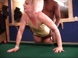 heiße blonde Frau Strümpfe ablenken schwarzen Mann mit bbc