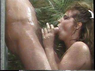 klassische busty porn Königin saugt riesigen Schwanz in der Dusche dann fickt