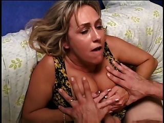 ältere Blondine mit schönen Titten Gags auf einem jungen harten Schwanz
