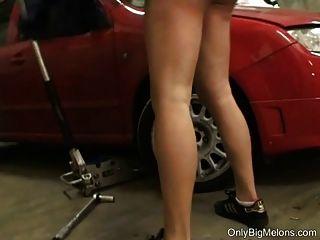 Mechaniker Shione Cooper wird schmutzig in der Garage