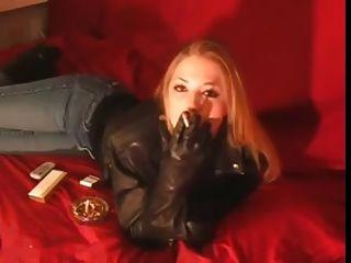 Rauchen 120mm Mädchen in schwarzer Lederjacke und Handschuhe