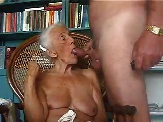 alte Oma liebt es, jungen Schwanz zu saugen