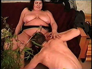 fette Stiefmutter mit Saggy Titten, behaarte Fotze \u0026 Kerl