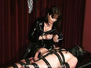 Domina melkt seinen Sklaven, während das Gesicht ihm sitzt