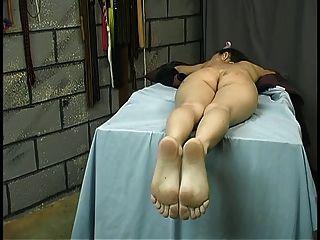 langhaarige Schlampe mit Tramp-Stempel liegt über dem Tisch