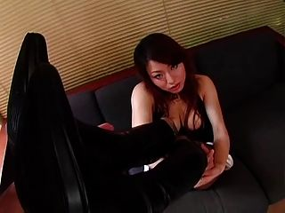 japanisches Mädchen in Stiefeln