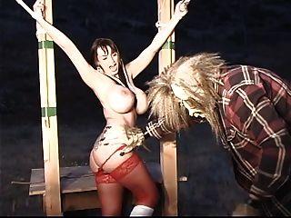 kleine rote Reithaube mit großem Tit wird zurückgehalten und gequält von großem schlechten Wolf