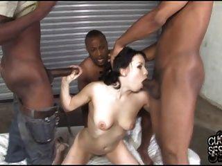 gebunden cuckold beobachtete seine Frau im Besitz von schwarzen Bande