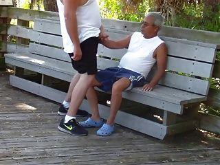 ältere Schwule haben Sex im öffentlichen Park