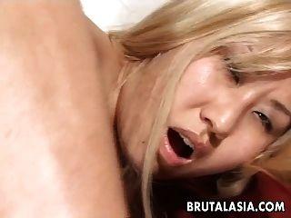 Rauchen heißes asiatisches Babe bekommt großen Schwanz gepflügt