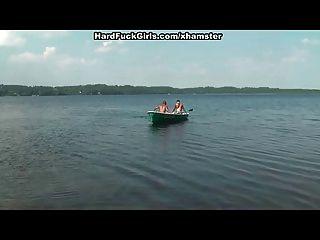 Blondine hart in einem Boot auf dem See drei Jungs gefickt