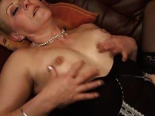 geile Oma nimmt alles in ihre behaarte Pussy