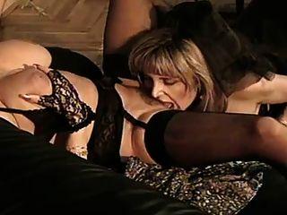 zwei reife Frauen in schwarzer Dessous