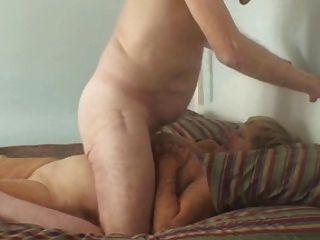 Großvater und Oma genießt auf dem Bett