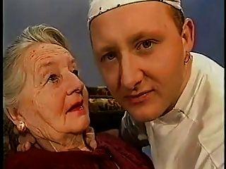 sehr alte dame wird geküsst