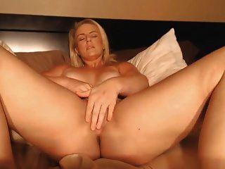 blonde mit awesome Oberschenkel reiben ihre Muschi