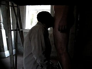 deepthroating anonymous 26 yr alten geraden Kerl in der Garage