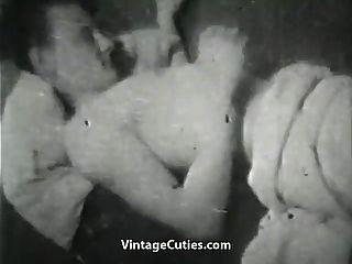 unzufriedene Frau, die mit einem riesigen Schwanz spielt (1950er Jahrgang)