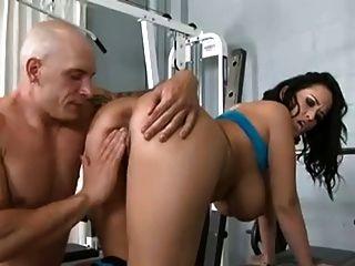 Personal Trainer fickt heiße MILF mit großen Titten