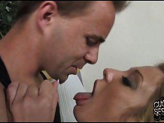 cuckold reinigt seine Frau Arsch mit schwarzem Sperma bedeckt