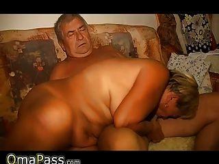 Omapass alte Dame masturbiert ihre Pussy mit Spielzeug und saugen