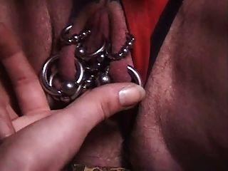 durchbohrte Oma mit vielen Genitalpiercings gefistet