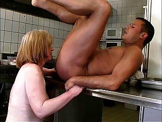 Oma in der Küche r20