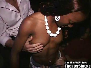 sportliches schwarzes Küken im Porno-Theater verwüstet!