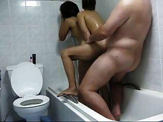 Kerl mit 2 thailändischen Hookers in der Dusche hausgemacht