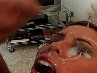 Milf bekommt riesige Gesichtsbehandlungen mit Sperma bedeckt
