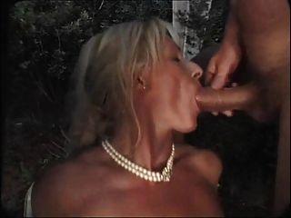 blonde deutsche Oma wartet darauf, im Garten gangbanged zu sein