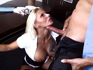 blonde haired Mädchen mit Sex im Büro