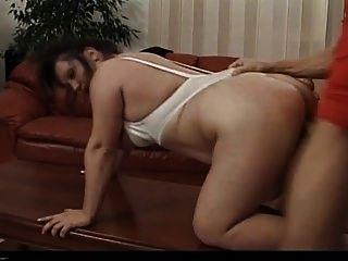 tabea kinky reife brünette fickt in der couch