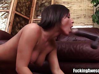 busty brunette spielt mit fucking machine
