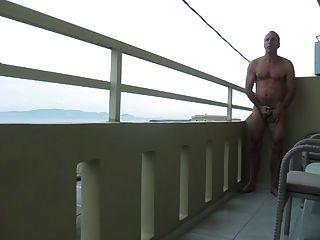Str8 Männer spielen auf dem Balkon des Hotels