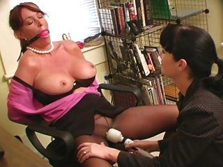 Sekretärin gebunden und vibriert