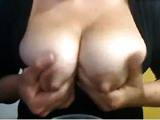 große Nippel auf laktierende cam Mädchen, die saugt und spuckt