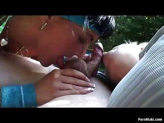 sexy Babe verbindet altes Ehepaar