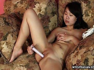 asiatische süße Wangen Schlampe toying ihre nasse Pussy