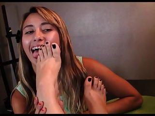 Junge Lesben lecken reife Füße
