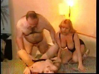 großer Vater mit 2 Frauen