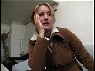 Chubby reife blonde Frau gibt Interview und entkleidet
