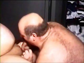 zwei sexy mollige Männer gehen dabei