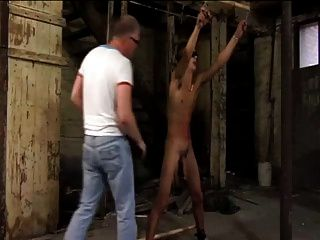 Sklavenjunge gepeitscht und gemolken