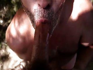 öffentlicher Blowjob mit Sperma auf Zunge