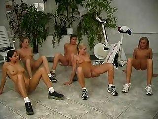junge Nudistmädchen nehmen Übungen