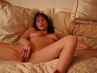 naughty Freundin masturbiert und saugt Hahn