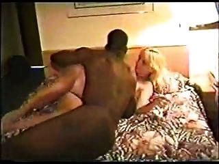 heiße Blondine in einem Hotel mit schwarzem Kerl