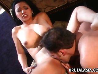 eine busty brunette asian slut saugen und ficken