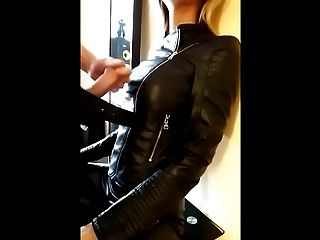 Cumshot auf Blondine in Lederjacke